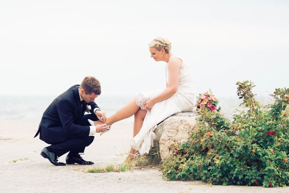 Gom hjælper brud med at spænde sko