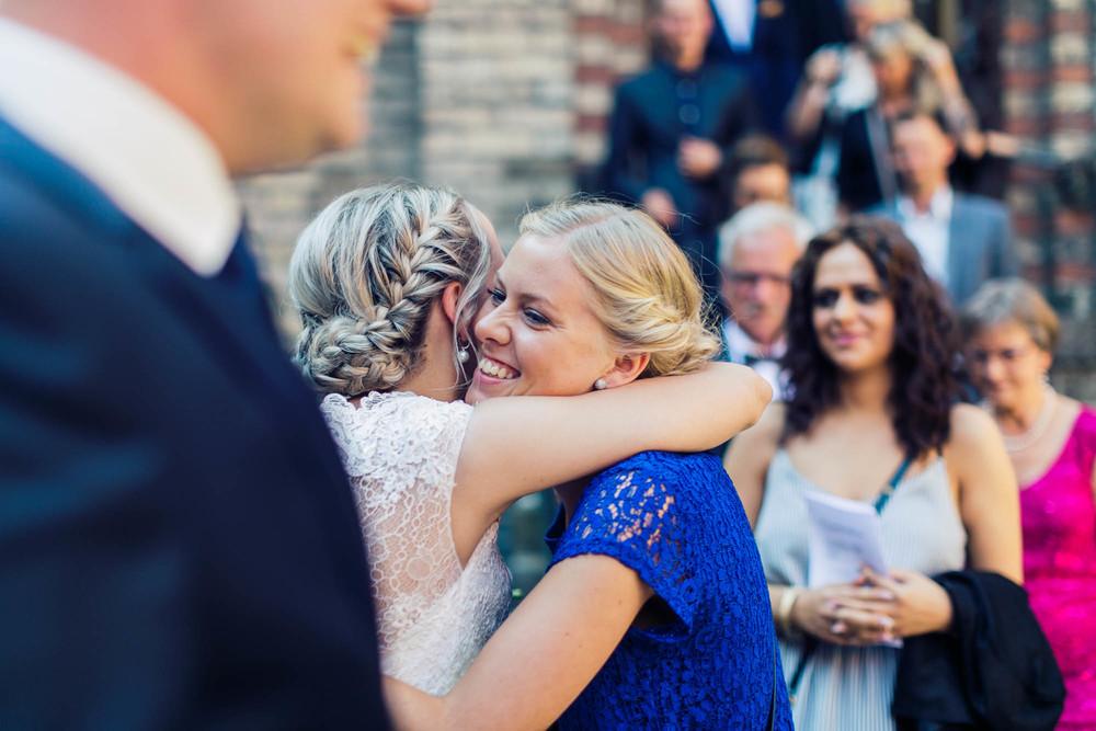 Brud hilser på bryllupsgæst i Aalborg
