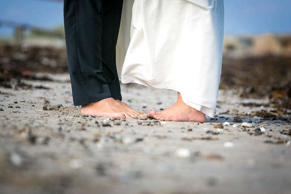 Brudepar på strand i bare tæer