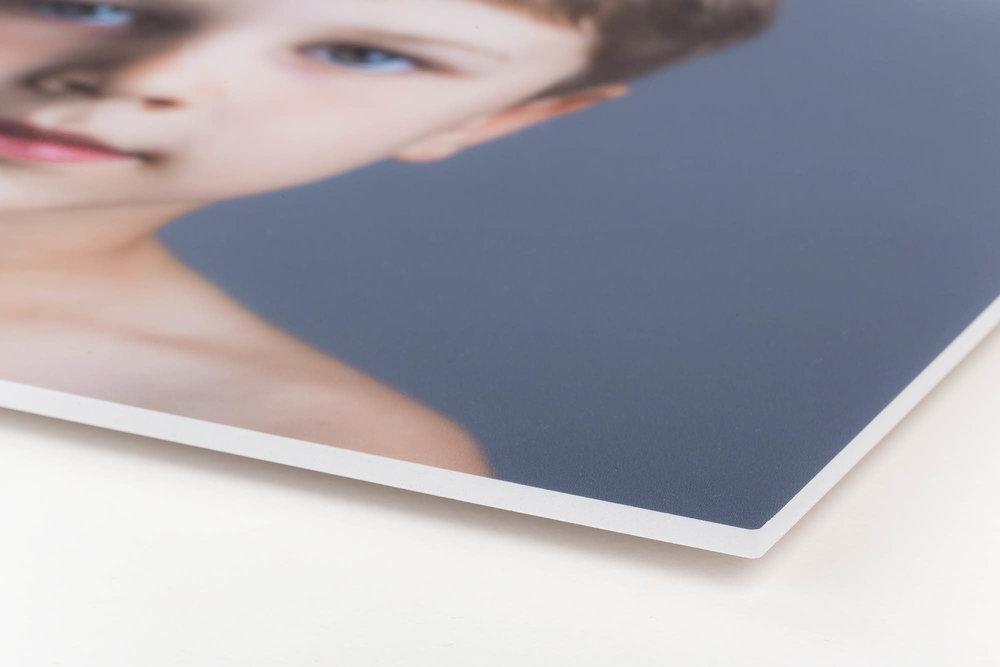 """Hård PVC - Print med højkvalitets UV-print direkte på en hvid opskummet pvc, som giver printet et semimat udtryk. Printet falmer ikke og er vandfast. Pladen er slagfast og med en hvid kant, hvilket giver en flot afslutning på billedet. Leveres med skjulte beslag på bagsiden, så billedet får en svævende effekt ca. 15 mm fra væggen, hvor skyggen """"indrammer"""" billedet."""