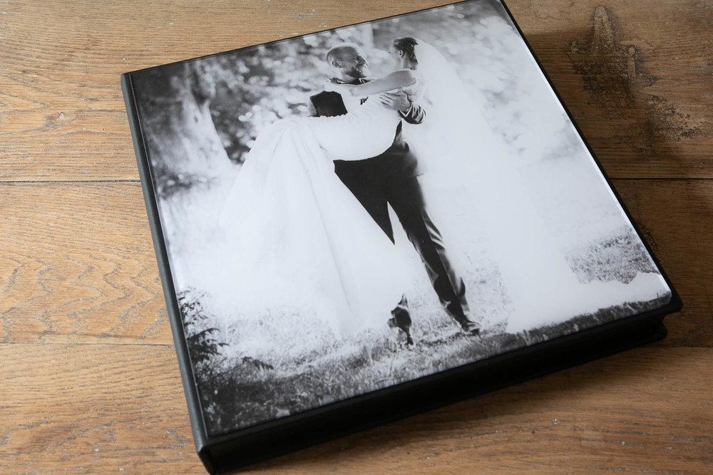Luksus bryllupsalbum - Stort luksusalbum (30x30 cm, 40 sider) i en eksklusiv præsentationsæske med forsidebillede, der også kan leveres med to mindre identiske forældrealbum