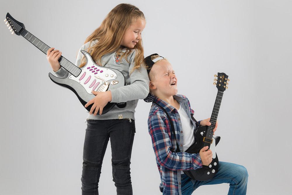 Børn luftguitar
