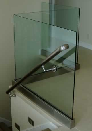 glass_handrail_in_aluminum_shoe.jpg