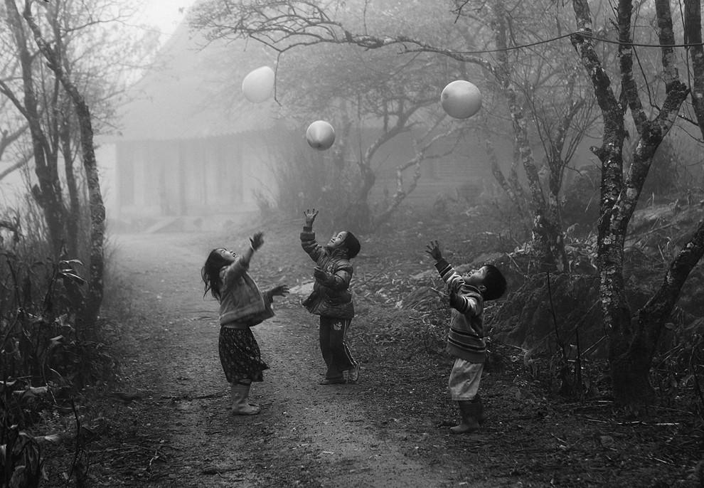 Niños Hmong jugando con globos. Foto de Vianh Kiet via thefavweb.