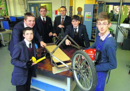 Alumnos de St. John's presentando su ecovehículo de fabricación propia en la clase de Diseño y Tecnología.  Fuente:  Gazette & Herald