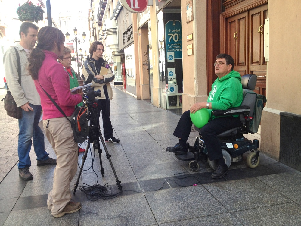 Entrevistando a Antonio junto al portal de la Consejera
