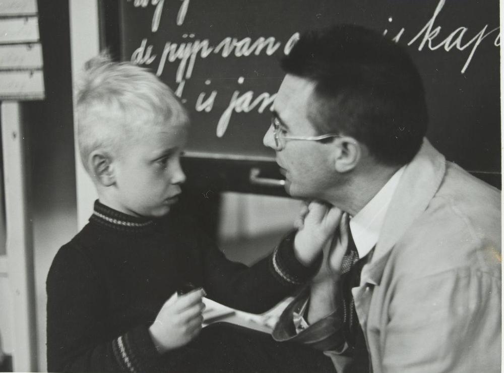 Un niño y un acompañante, compartiendo un gesto de humanidad. Nationaal Archief, 1938. CC-BY-NC-SA
