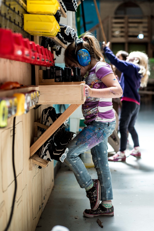 Una niña buscando una herramienta de corte en el taller, Tinkering School, San Francisco (EEUU)