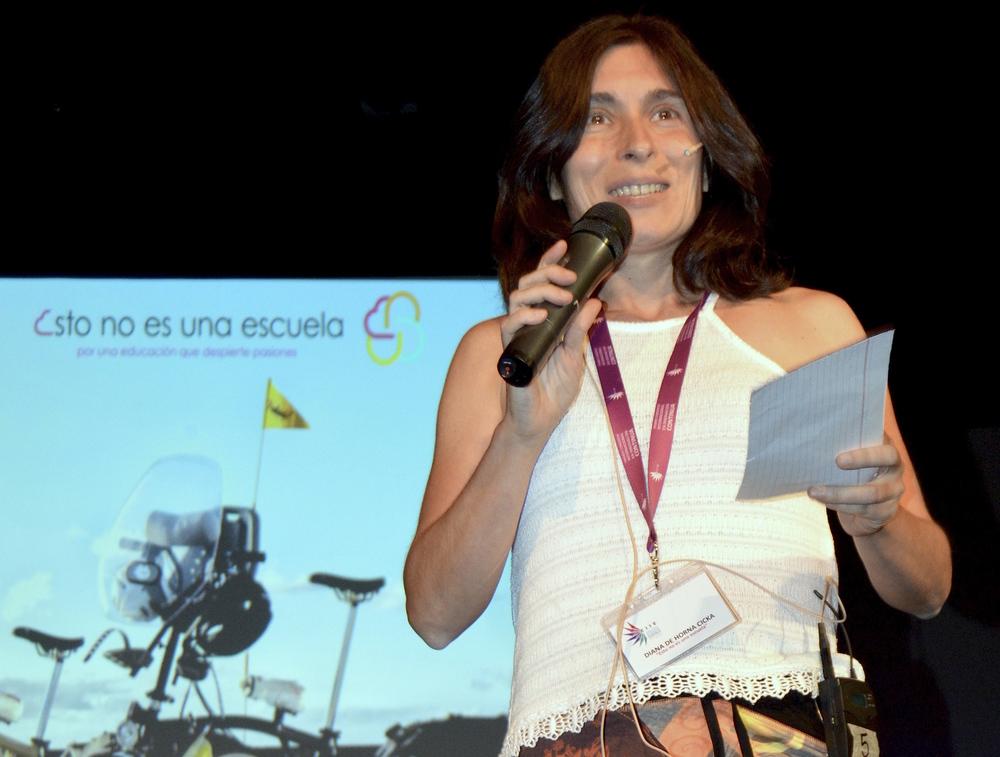 Diana, dirigiéndose al público durante la charla