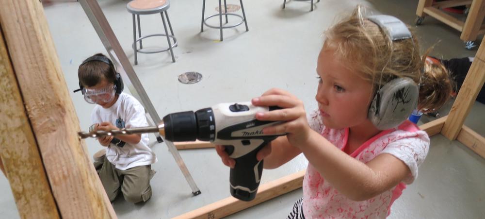 Niña con taladro en Tinkering School, San Francisco (EEUU)