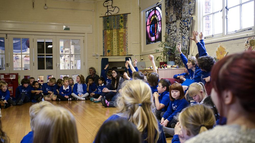 Votando en la asamblea (escuela pública democrática Bealings,Inglaterra).