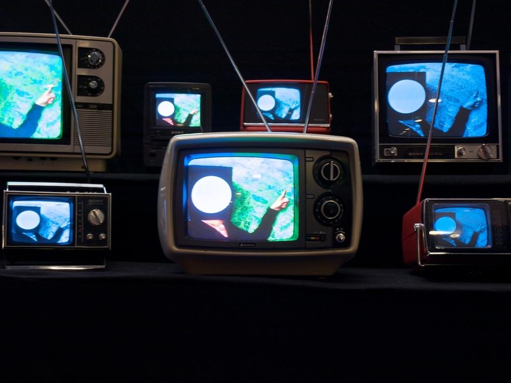 El mundo virtual cobra protagonismo frente a la percepción del mundo real. Foto:  Bennos's TVs , por Stephen Coles,    CC BY-NC-SA 2.0