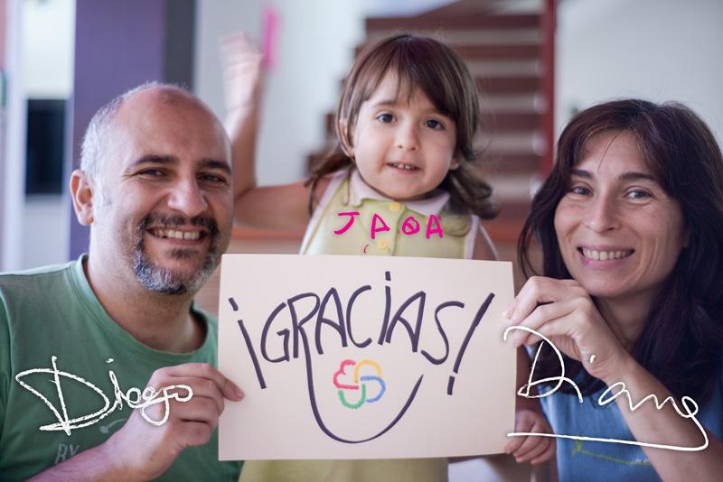 """Diana, Jara y Diego sosteniendo un cartel donde pone """"gracias"""""""