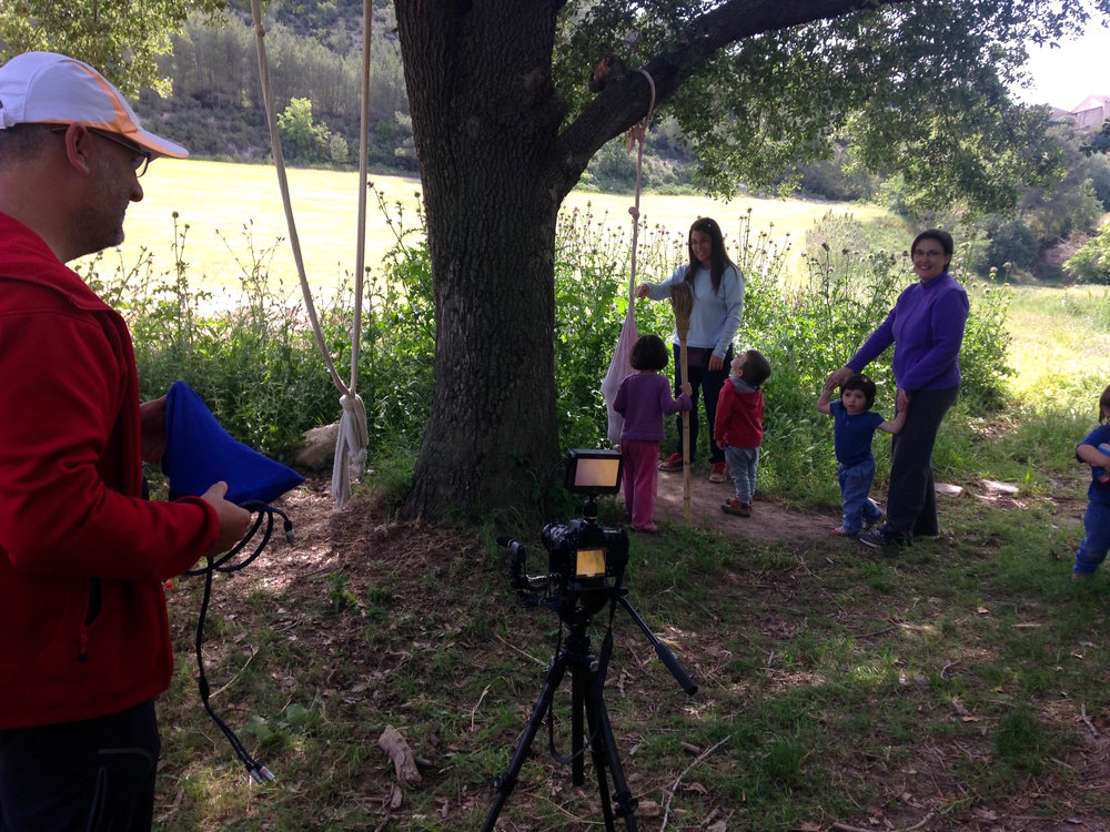 Filmando mientras los niños y niñas juegan.