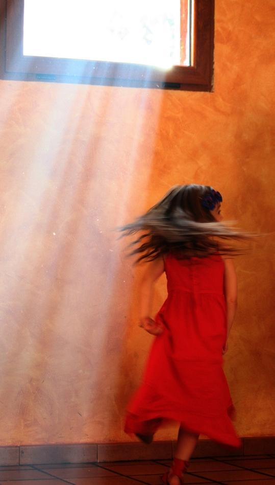 Niña bailando. Dancing, por Jaime Bisbal,CC BY-NC-ND 2.0.