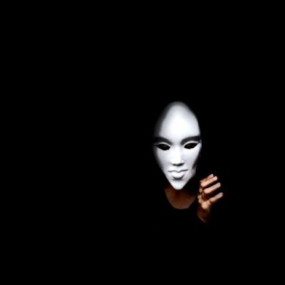 Persona con máscara y fondo negro. Robbed face , de  Alejandro Groenewold , CC BY-NC-ND 2.0 .