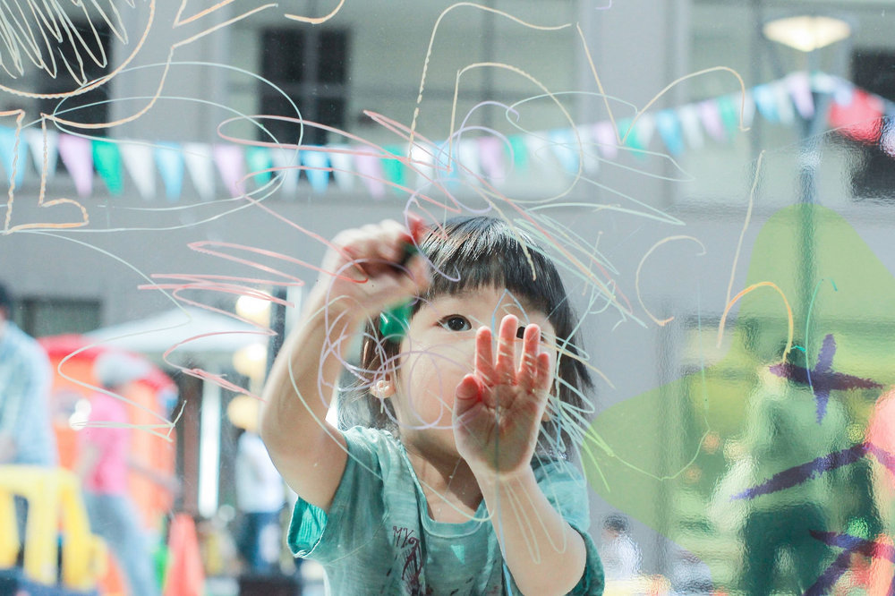 Niño dibujando sobre un cristal. Scrawling Child, de Aikawa Ke,CC BY-NC-ND 2.0.