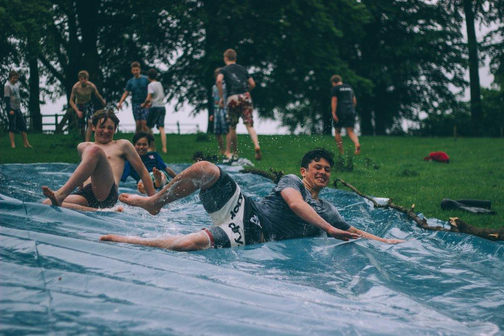 Jóvenes que se ríen a carcajadas mientras juegan.