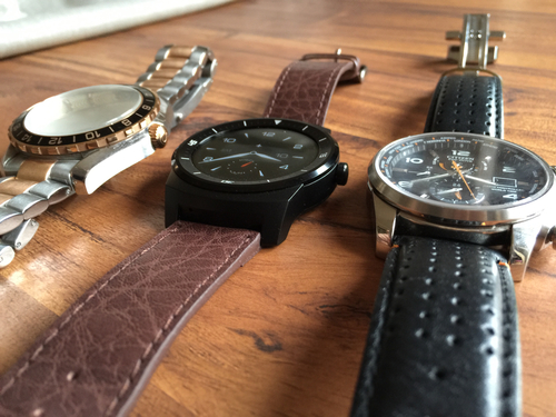 The LG is quite deep, of that there is no doubt, but that is not unusual in a 2014 watch.