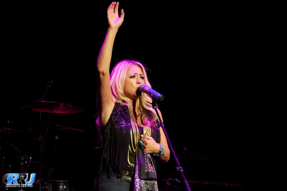 """Leah Turner performing in Mansfield, MA on August 23rd as part of Brad Paisley's """"Country Nation"""" tour (Benjamin Esakof/Roman's Rap-Up)."""
