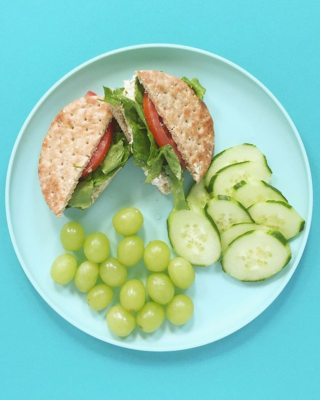 I'm noticing a green theme tonight. Tuna salad sangwich (as my Gramp would say) on thin sandwich bread with lettuce, tomato, sliced cucumber and green grapes. 🥒😀⠀ .⠀⠀⠀⠀⠀ .⠀⠀⠀⠀⠀ .⠀⠀⠀⠀⠀ .⠀⠀⠀⠀⠀ .⠀⠀⠀⠀⠀ #buzzfeedfood #cleaneating #dietitian #eattherainbow #eatyourveggies #f52grams #fitfoodie #foodblogger #healthyaperture #healthyrecipe #healthykids #huffposttaste #kitchn #myplate #nutrition #rdapproved #realfood #realsimple #superfood #tastingtable #tastyandcleanideas #thenewhealthy #weightwatchers #wholefood ⠀⠀⠀⠀⠀ ⠀⠀⠀⠀⠀ #cucumbers #livelifefully #wwambassador #smartpoints #wwfreestyle #tunasalad
