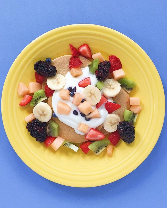 Hola Amigos! Breakfast is by far my favorite meal of the day!! Love simple heart healthy breakfasts like this one...mini(ish) gluten free pancakes topped with @siggisdairy vanilla and homemade fruit salad with bananas, blackberries, blueberries, strawberries, cantaloupe, and kiwi!! Low in fat and plenty of protein and fiber to keep you full and blood sugar stable until lunch :) 🍓🍌🥝🥞⠀ .⠀⠀⠀⠀⠀ .⠀⠀⠀⠀⠀ .⠀⠀⠀⠀⠀ .⠀⠀⠀⠀⠀ .⠀⠀⠀⠀⠀ #cleaneats  #eattherainbow #eatclean #f52grams #fitfoodie #healthyaperture #healthyfood #healthykids #kitchn #rdapproved #realfood #realsimple #superfood #tastyandcleanideas #thenewhealthy #weightwatchers #wholefood ⠀⠀⠀⠀⠀ ⠀⠀⠀⠀⠀ #pancakes #wwambassador #fruitsalad #wwfreestyle #vegetarian #breakfast #brunch #glutenfree #highcarb #lowfat #wfpb #plantbased #instahealth