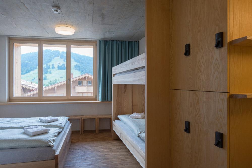 Familienzimmer der Jugendherberge Gstaad Saanenland.jpg
