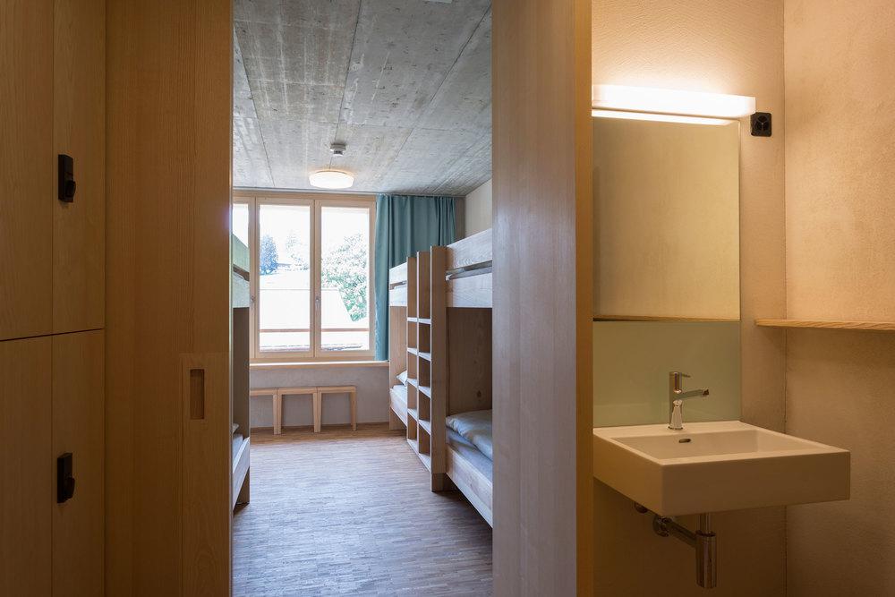 Viererzimmer der Jugendherberge Gstaad Saanenland.jpg