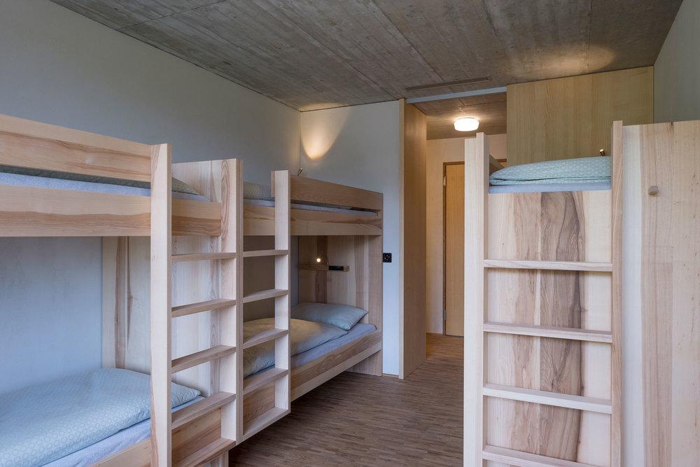 Viererzimmer der Jugendherberge Gstaad Saanenland (2).jpg