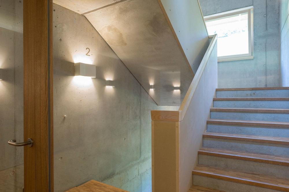 Treppenhaus der Jugendherberge Gstaad Saanenland.jpg