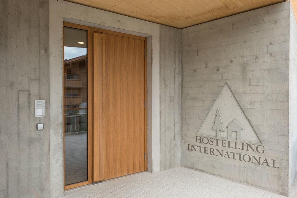 Eingang der Jugendherberge Gstaad Saanenland.jpg