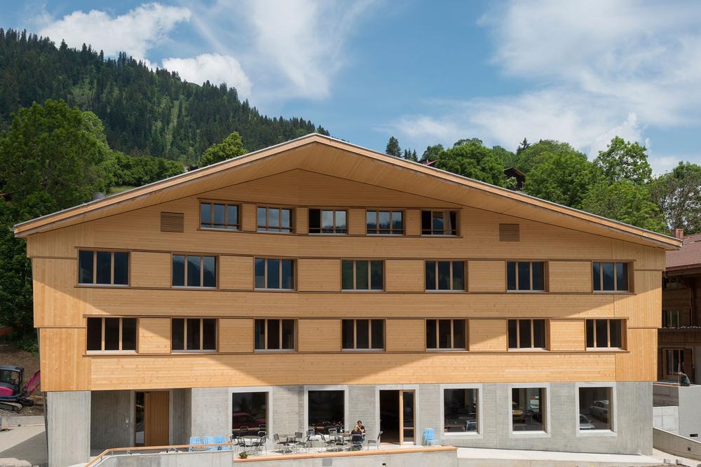 Aussenansicht der Jugendherberge Gstaad Saanenland (2).jpg