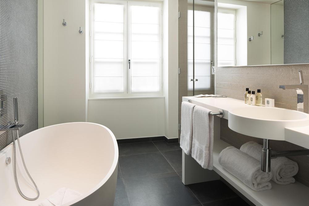 DUPOND SMITH HOTEL_JOHN DOE BATHROOM1.jpg