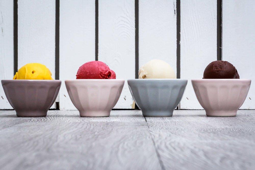 Nomoo Icecream - NOMOO Eis aus Köln überzeugt mit seinem intensiven Geschmack sowie der zu 100% pflanzlichen Rezeptur aus natürlichen Bio-Zutaten. Die 4er-Kollektion besteht aus den Sorten Mango, Himbeere, Erdnuss und Kakao. Zu finden ist NOMOO in vielen Cafés und Restaurants in und um Köln. Ein kleiner Schmankerl zum Namen, NOMOO gleich keine Kuh. Na schleckste ene met? Fotos: Ira Hendricks