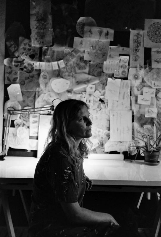 """Die Künstler-Box - Ich heiße: Paula RoeschStil: Handpoke mit floralen, abstrakten Motiven und viel Line-Work.Mein Studio heißt: Ink from the SeedAdresse: Eifelstraße 20, 50677 KölnTermine frei? Die erste Booking-Phase für 2019 ist abgeschlossen – News gibt es immer über meinen Newsletter oder auch auf Instagram @paula_roesch.Am besten kontaktiert man mich über: Meine Internetseite www.paularoesch.de – meine Assistentin Nadine wird euch antworten (sie ist wundervoll).Eigene Tattoos: Drei.Köln ist für mich: """"Ein Ort, an dem ich das Gefühl habe, reinzupassen ohne mich anzupassen. Und das ist ein totales Geschenk.""""Was ihr unbedingt wissen müsst: """"Mein Dream-wanna-do wäre es, ein abstraktes Kunstwerk auf einem Körper zu stechen, der noch keine Tattoos trägt. Wenn jemand Lust hat und sich dafür interessiert, kann sich gerne melden.""""Meine Message für Köln: """"Man sollte hier im schönen Köln mehr für die Menschen bauen, mehr Grünflächen anlegen, sich mehr für Tiere einsetzen und ein bisschen weniger Miet-Mafia betreiben."""""""
