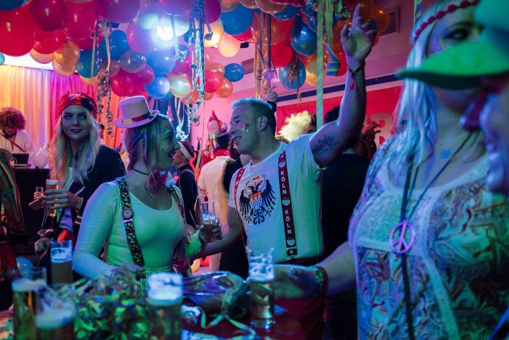 Die besten Karnevalslocations und coolsten Parties am 11.11 - Alaaf ihr Jecken! Am Sonntag geht es endlich wieder los. Wir haben für euch eine schöne bunte Tüte an Tipps zusammengestellt, in welchen Kneipen und Clubs ihr am authentischsten in die neue Session schunkeln und feiern könnt.