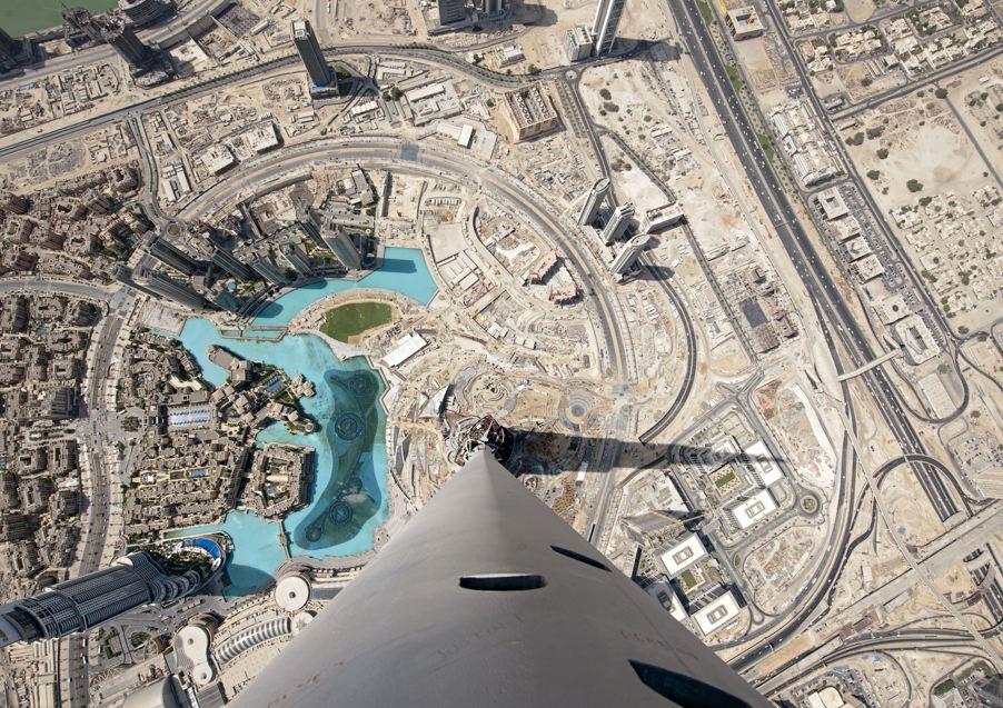 zsultan: minusmanhattan:Burj Khalifa looking down at Dubai bySamar Jodha.