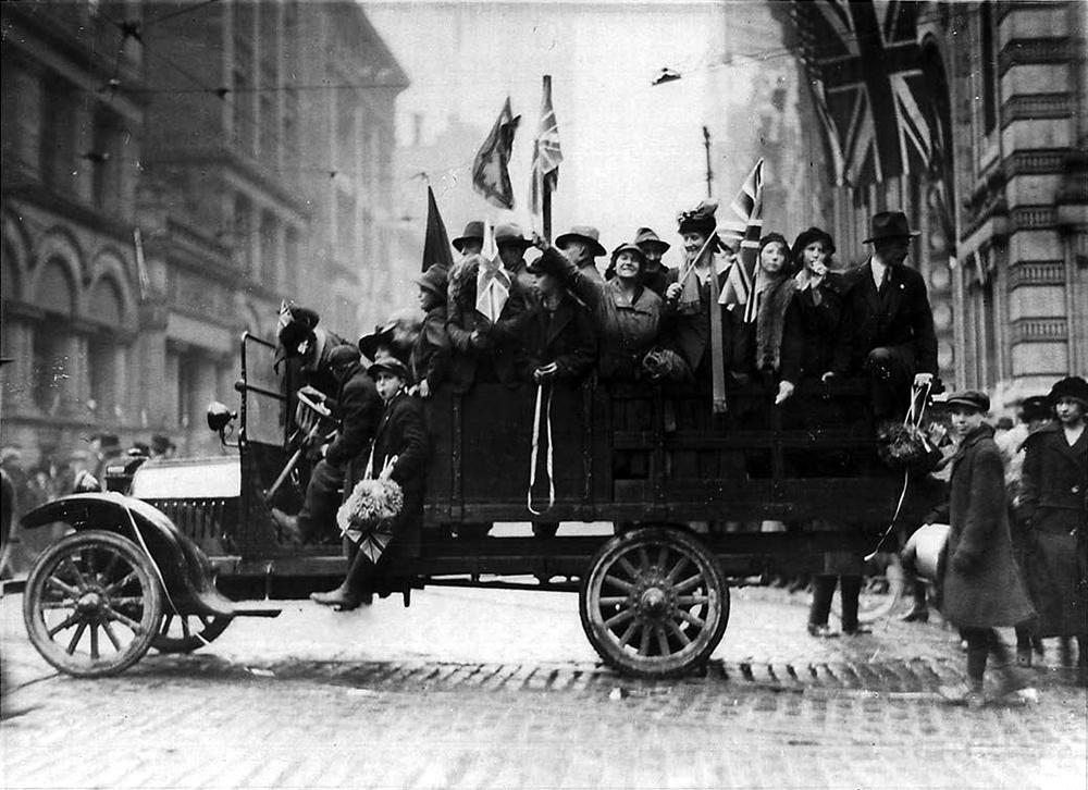1918Toronto_BayandKing_Armistace_Day.jpg