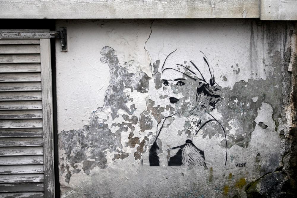 Myke lepper, hard mur. Ny stencil av signaturen Vest, Nordnes.