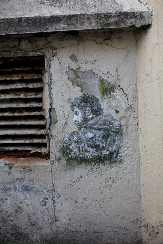 – Jeg liker å bruke teksturen til veggen når jeg maler. Denne er veldig bortgjemt; i går stod jeg og snakket med noen her i gaten, og de la ikke engang merke til den. At det skal være tillatt med store reklamepostere med nakne damer som vil selge deg skjorter, samtidig som at en liten spøk i et hjørne – som denne – skal være kriminell, det forstår jeg ikke.