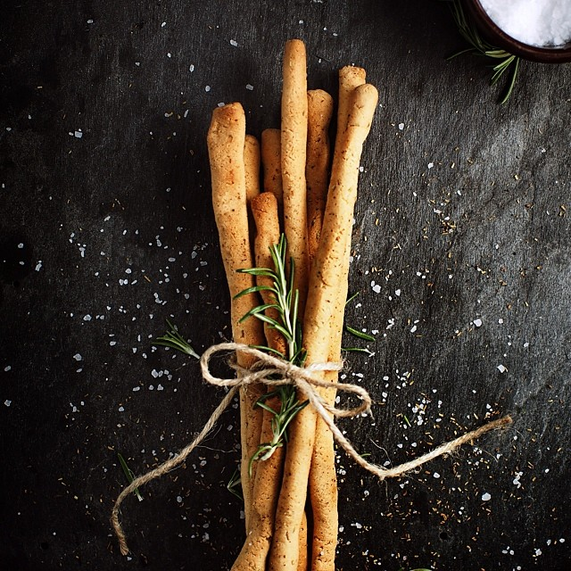 Golden, crisp, grain-free grissini (breadsticks) on the blog! The perfect appetizer or snack to take while traveling. Oh, and my kids love them too. Recipe inspired by @ditchthewheat Paleo Almond Flour Pizza Crust.  #paleo #paleolifestyle #glutenfree #grainfree #hashimotos #autoimmune #dairyfree #sugarfree #realfood #thyroid #hypothyroid #everydayungrained
