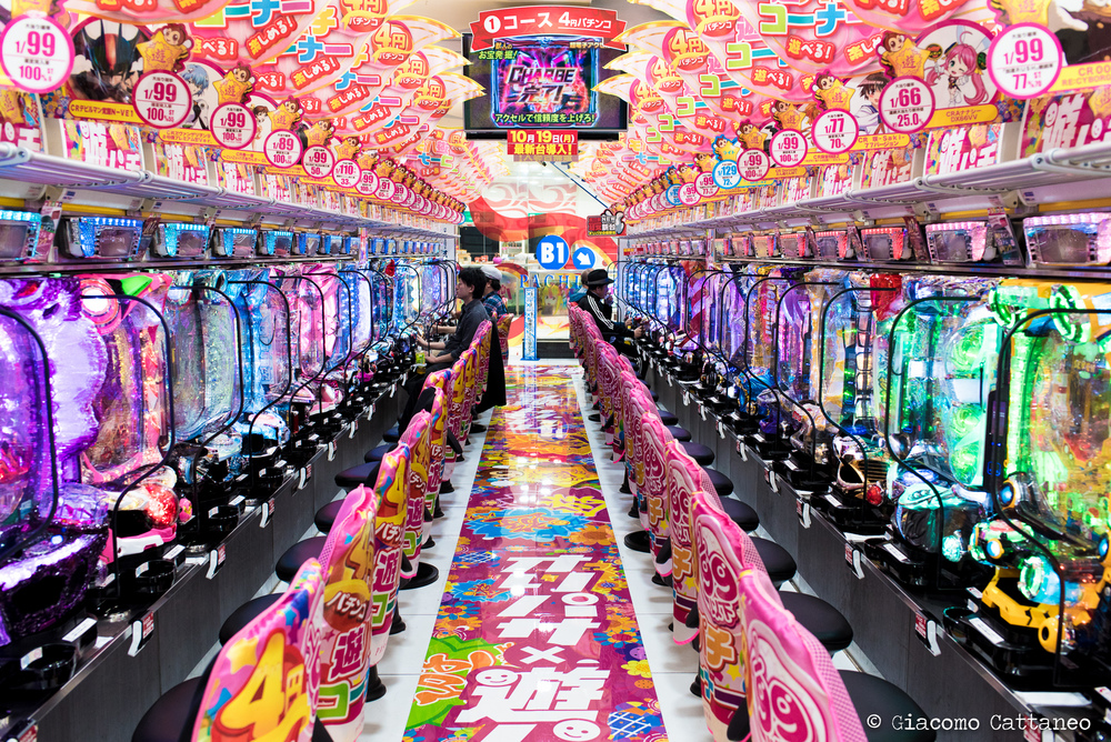 ISO 800, 35mm, f/4.5, 1/160 sec - Pachinko!!! No comment (you could not hear it as it's way too loud in here!!!)