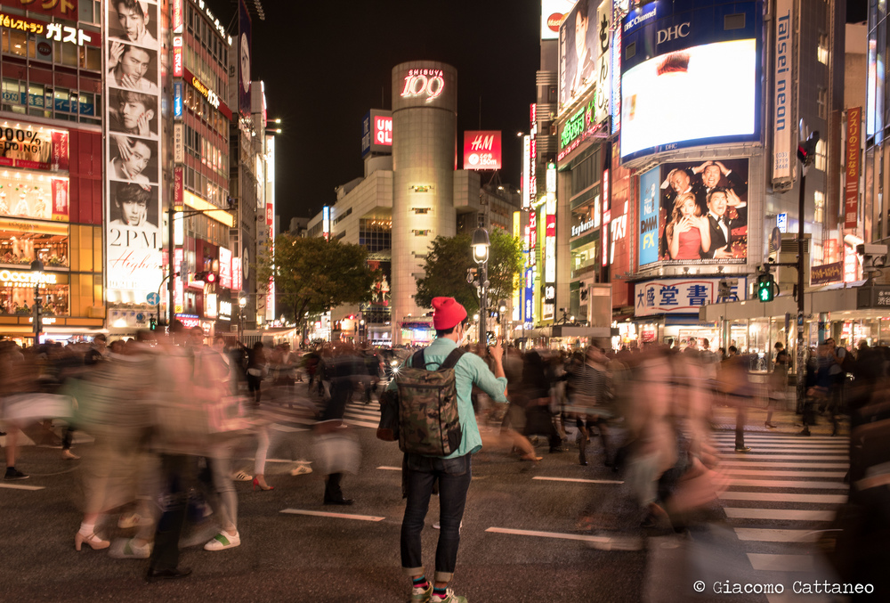 ISO 400, 35mm, f/10, 1/3 sec - Shibuya. You can clearly see the (in)famous Shibuya 109 in the background, temple of teenage girls shopping! Here I was leaning against a pole, and for 1/3 sec that's not good at all - see how blurry the guy is? And I cut his feet!!! damn it...