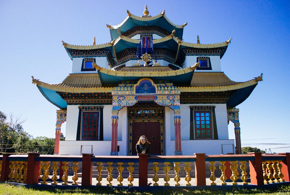 Atrás do templo