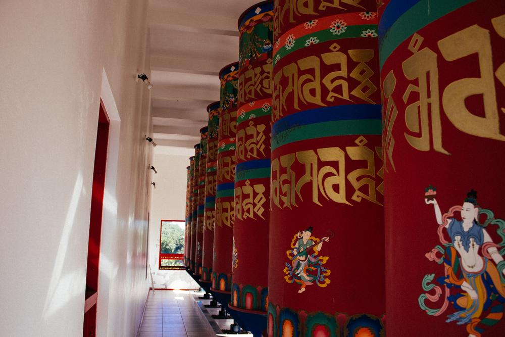 Rodas de orações cheias de mantras de vários budas