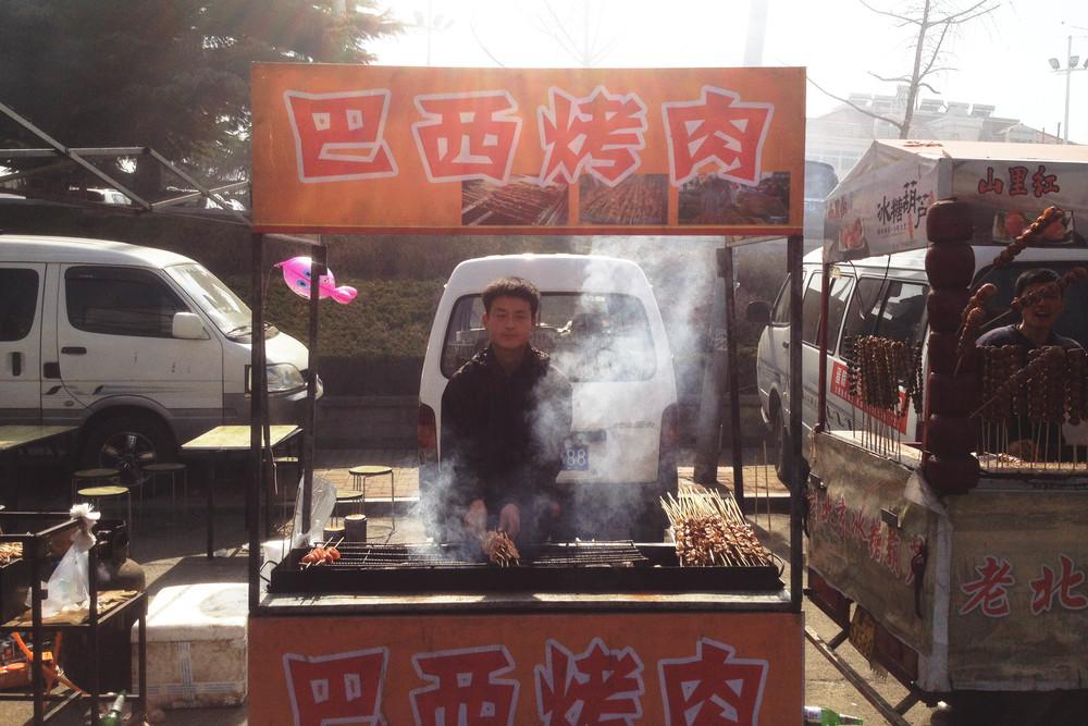 Churrasquinho Brasileiro na China, tão autênticoquando Comida Chinesa no Brasil. Culpado tempero!