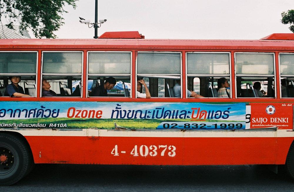 Ônibus de linha em Bangkok. O de viagem são bem bonitos, confortáveis e congelantes.