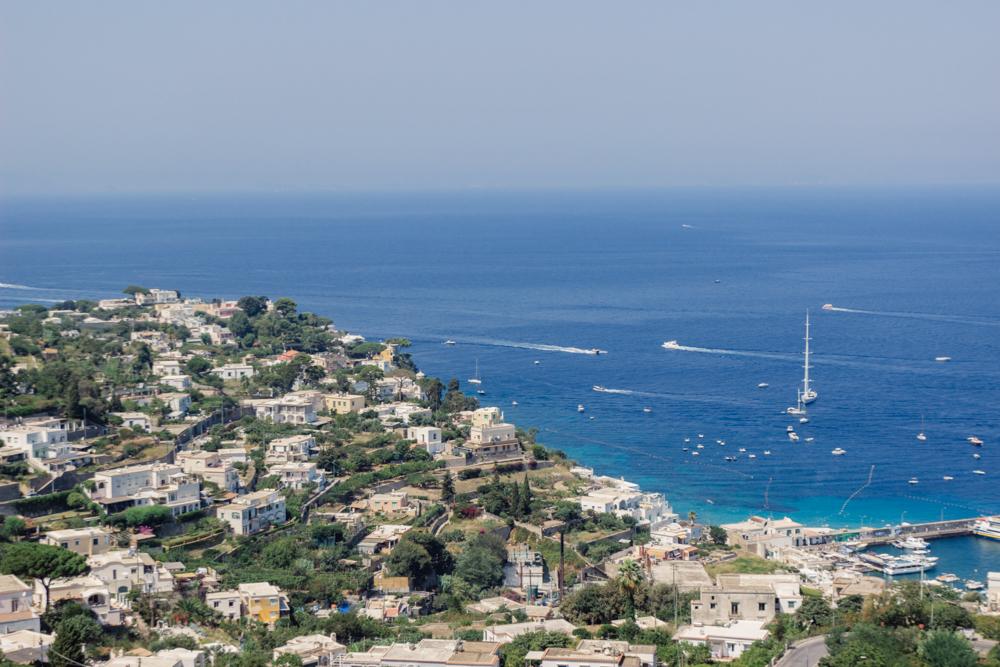 Chegando de teleférico em Capri
