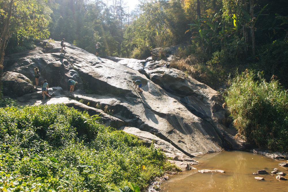 Mor Paeng Waterfall em fevereiro, na temporada seca