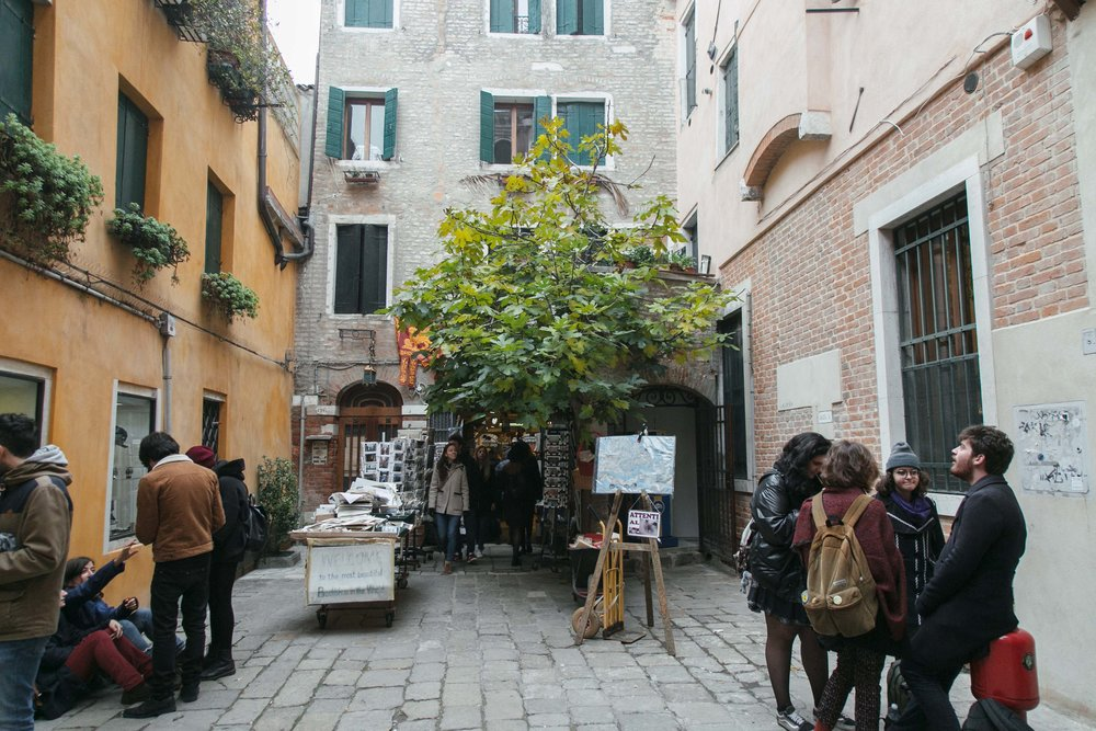 A entrada da Libreria Acqua Alta em Veneza